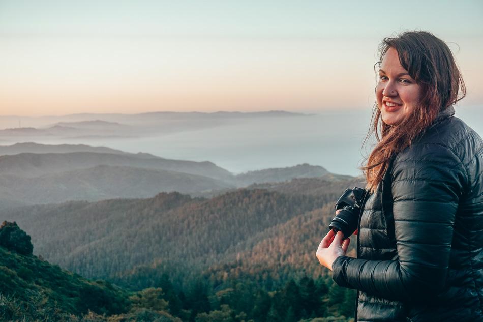 Lia Garcia, blogueuse de voyage et photographe, regarde le lever du soleil sur le Mont Tamalpais, en Californie.