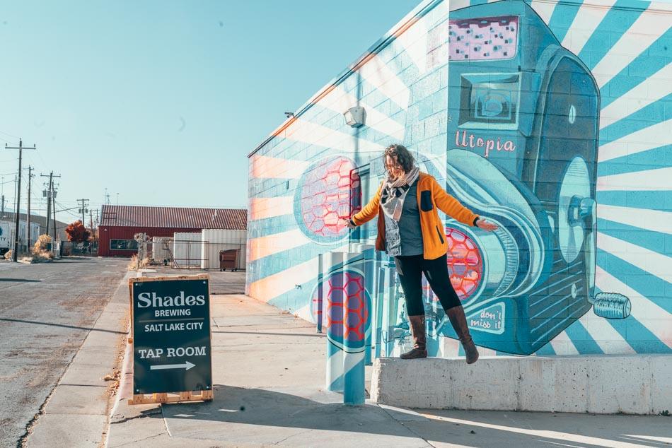Veste polaire Cotopaxi, l'un des meilleurs cadeaux de voyage durable, à Salt Lake City, Utah, chez Shades Brewing.